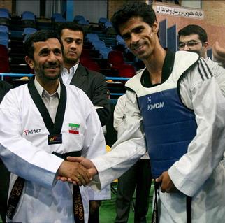 احمدی نژاد در لباس تکواندو همراه با هادی ساعی